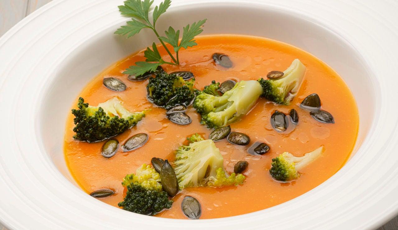 Receta de crema de zanahoria con brócoli y pipas de calabaza