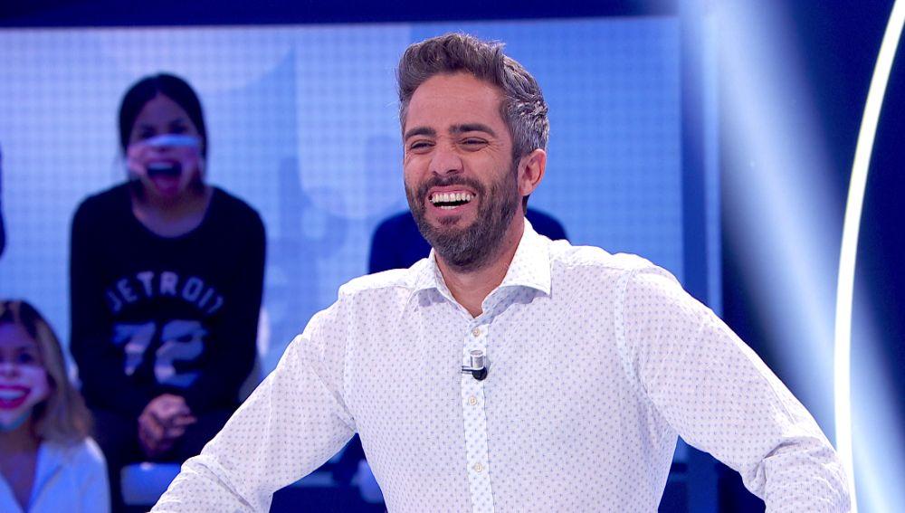 """Roberto Leal se viene arriba después de que el 'Pasapalabra' uruguayo se colase en el programa: """"¡Un abrazo para 'el Piñe', un día nos cambiamos!"""