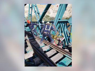 Así fue el rescate a un ciclista herido tras caer por las traviesas de un puente ferroviario sobre el río Jarama