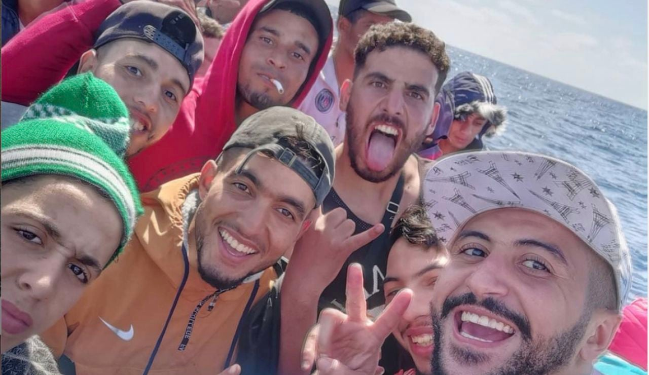 Influencer marroquí retransmite su viaje en patera