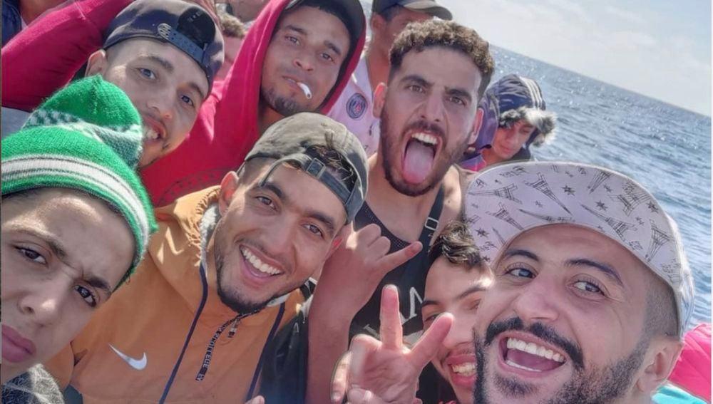 Influencer marroquí retransmite su viaje en patera