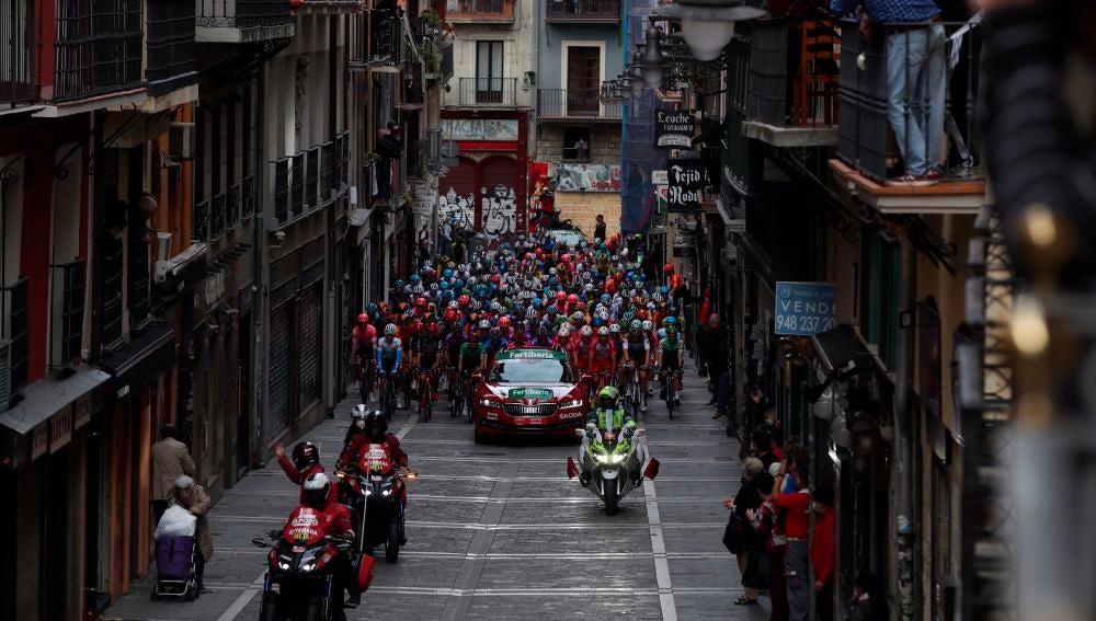 El pelotón a su paso por la calle Estafeta de Pamplona durante la segunda etapa de la Vuelta Ciclista a España con salida en Pamplona y llegada a Lekunberri, de 151,6km de recorrido