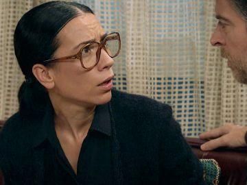 Manolita descubre un objeto ajeno y sospechoso en la revista con la foto del cadáver de Marisol