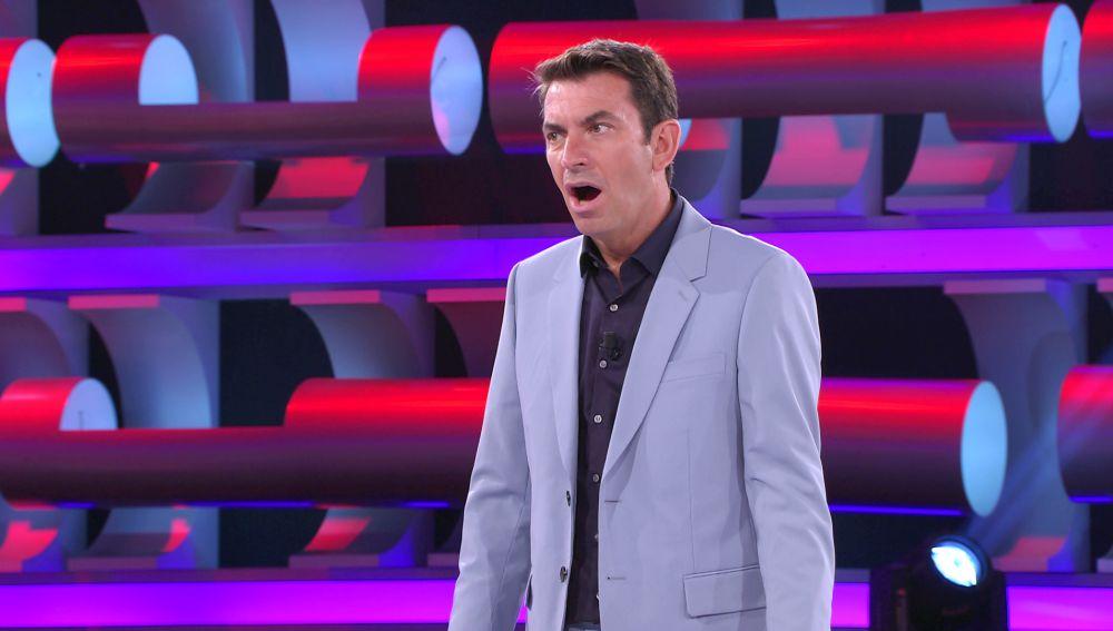 """Arturo Valls, flipado con la joya de la colección de una concursante de '¡Ahora caigo!': """"Vale 1.800 euros"""""""