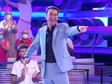 Nueva etapa en '¡Ahora caigo!', nuevo traje: ¡Arturo Valls está de estreno!