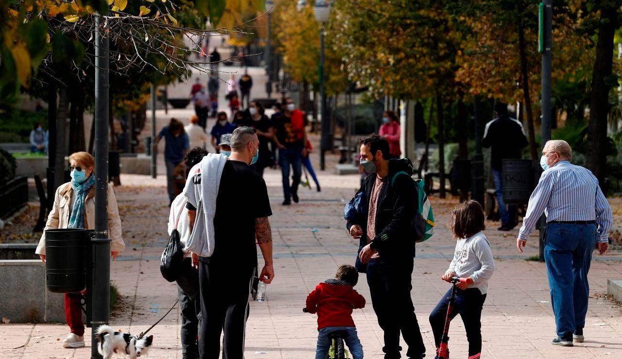 Varios vecinos pasean en el Barrio del Puerto, en Coslada (Madrid)