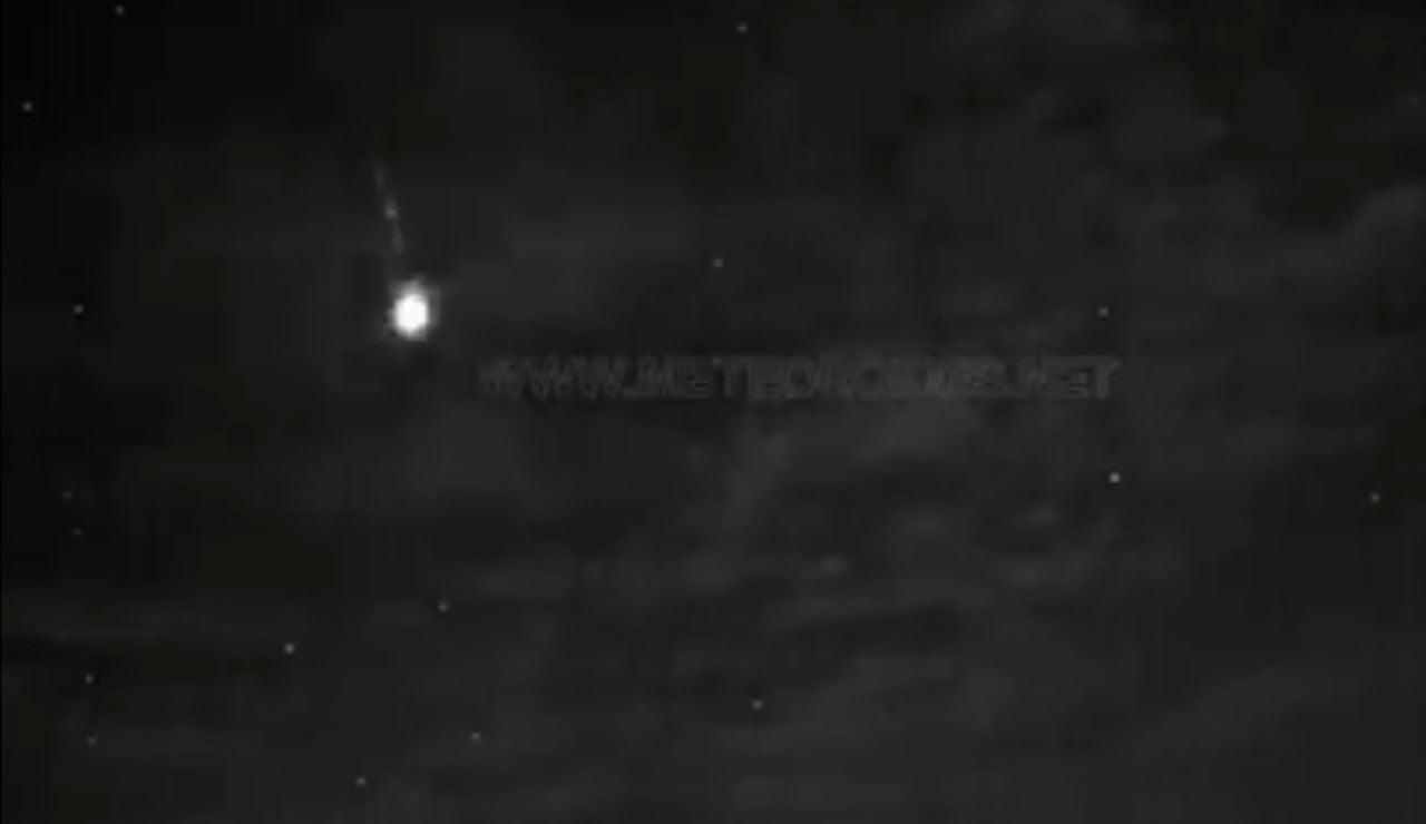 La roca de un cometa impacta en la atmósfera generando una gran bola de fuego