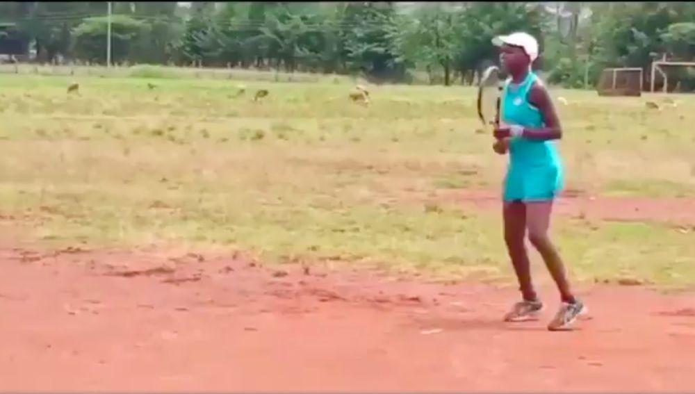 Linda Serena Machimbo entrenando en un campo de tierra