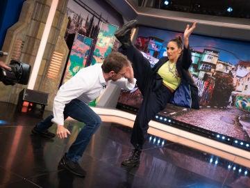India Martínez enseña a Pablo Motos a bailar capoeira: clase magistral en 'El Hormiguero 3.0'