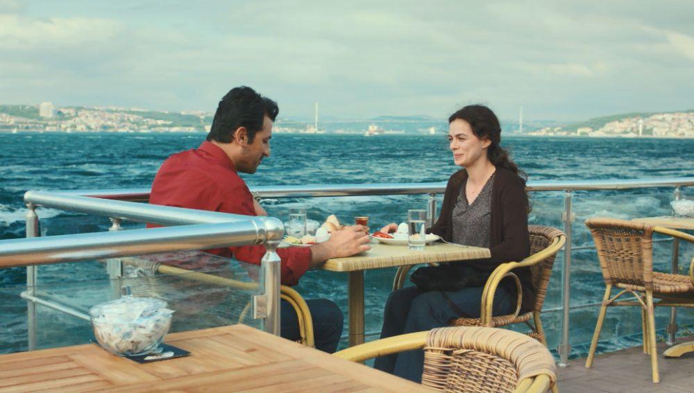 """Arif se declara a Bahar en una romántica cita: """"Te querré hasta la muerte"""""""