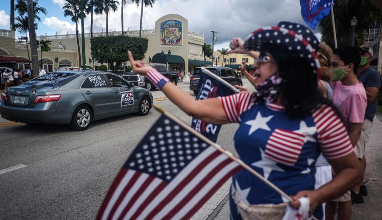 Seguidores de Trump y Biden enfrentados en un acto en Florida (EEUU).