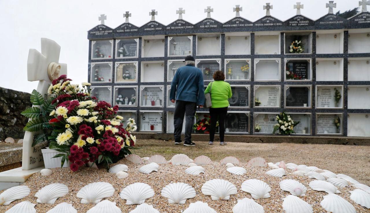 Vista de una de las tumbas del cementerio de Lira