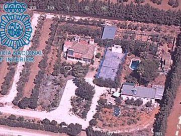 La plantación de marihuana oculta debajo de una pista de tenis