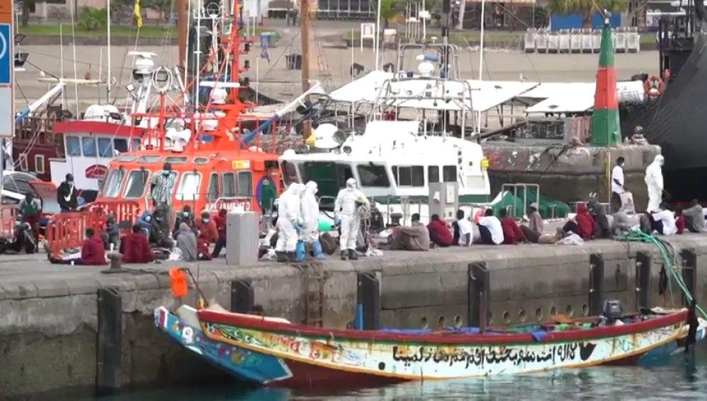 Un muerto y tres personas graves tras llegar en cayuco con unos 80 migrantes al sur de Tenerife