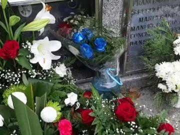 Una persona anónima deposita cuatro rosas azules sobre la tumba de un piloto gallego de rallys fallecido en 2013