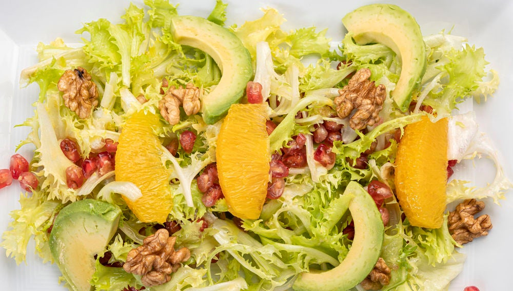 Ponle color a la vida con la receta 'healthy' de Karlos Arguiñano: ensalada de aguacate, naranja y granada