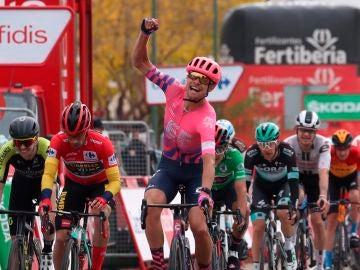 El ciclista Magnus Cort Nielsen celebra la victoria en Ciudad Rodrigo