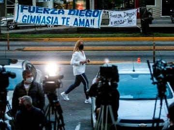 Seguidores y periodistas aguardan frente a la clínica Olivos en Buenos Aires