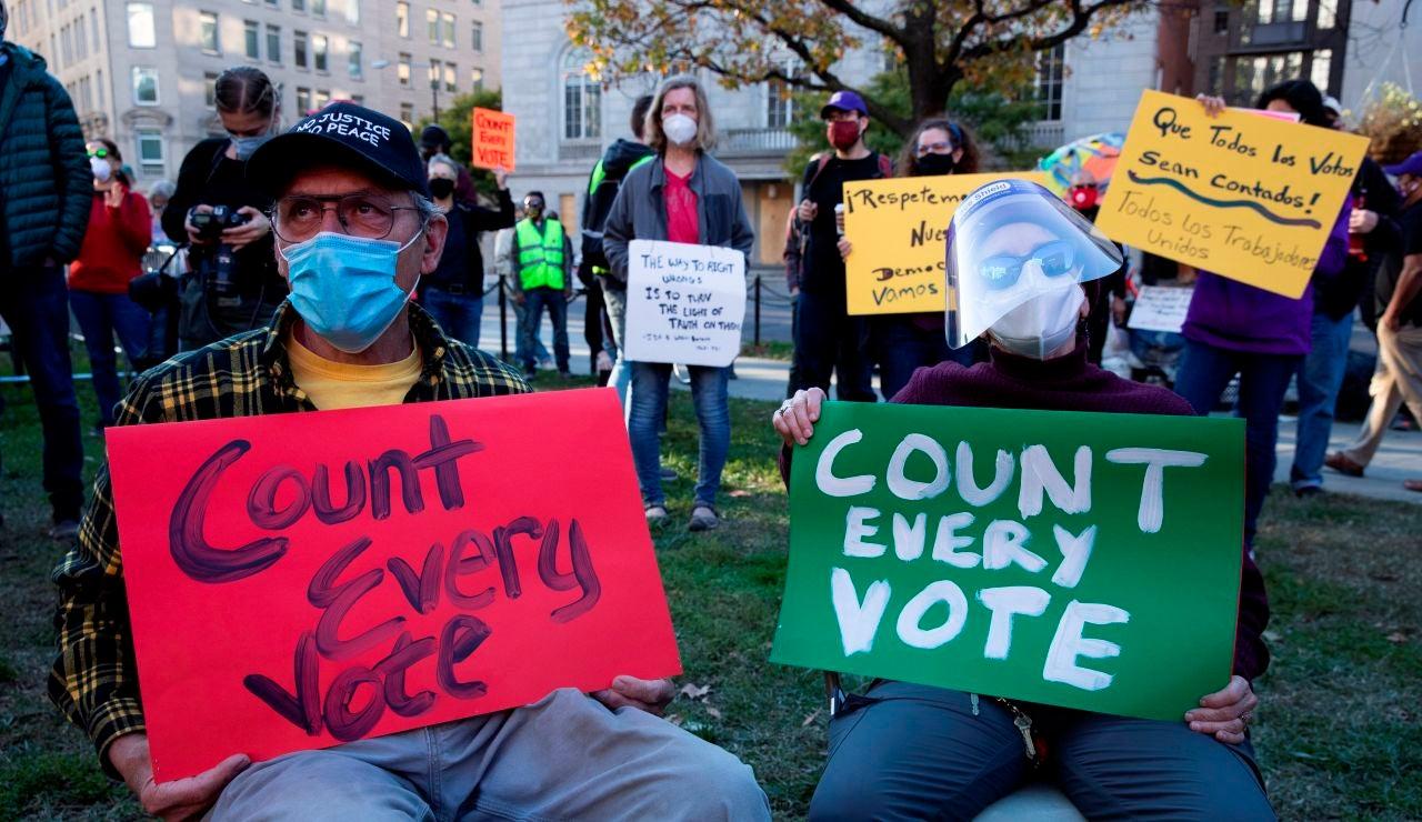Personas marchan exigiendo el conteo de todos los votos