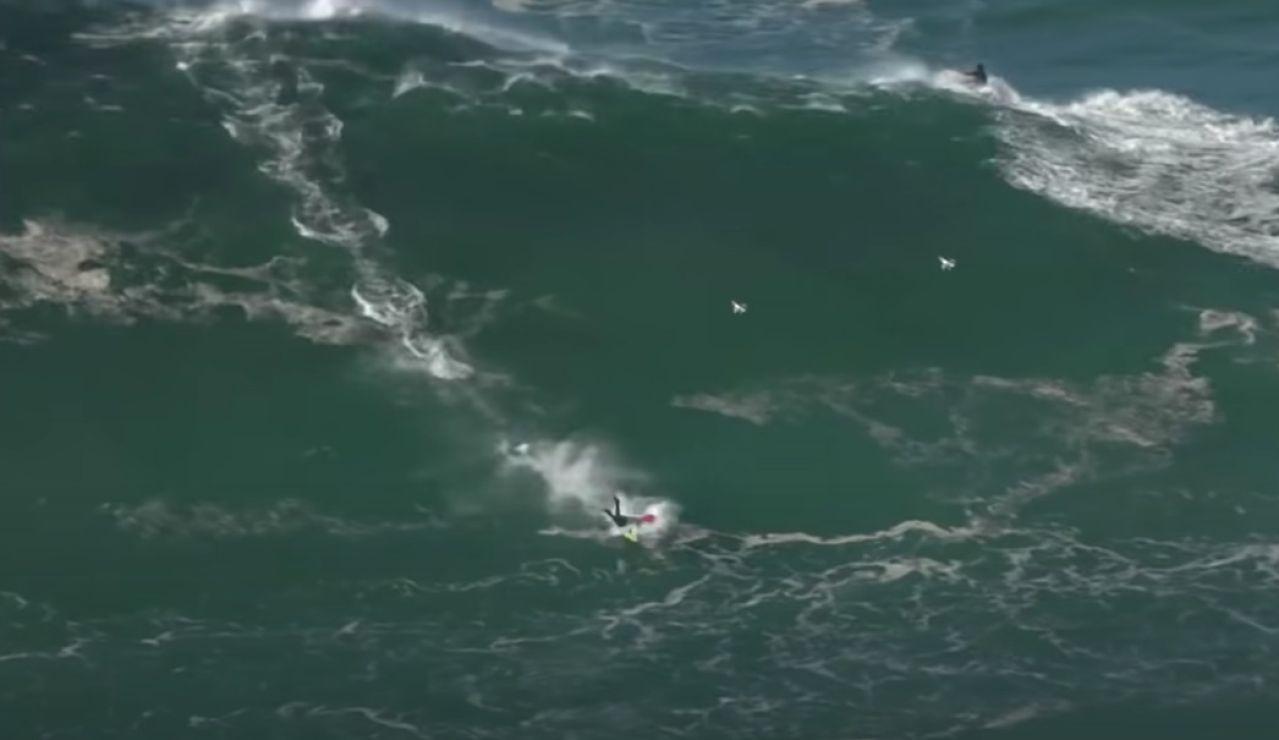 Un surfista cae en una ola en Nazaré