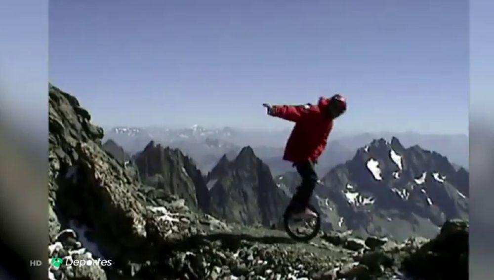 Se juega la vida descendiendo las montañas más altas del mundo en monociclo