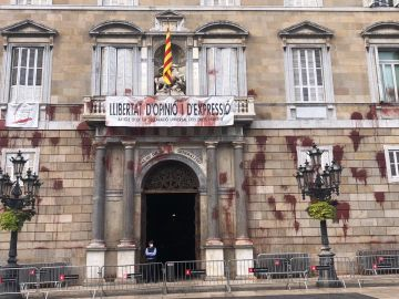 Lanzan pintura contra fachada de la Generalitat por el cierre de restaurantes