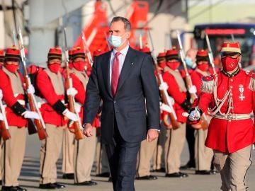 El rey de España Felipe VI (c) recibe honores militares a su llegada hoy al Aeropuerto Internacional de El Alto, en Bolivia, para participar mañana en la toma de posesión del nuevo presidente de Bolivia, Luis Arce.