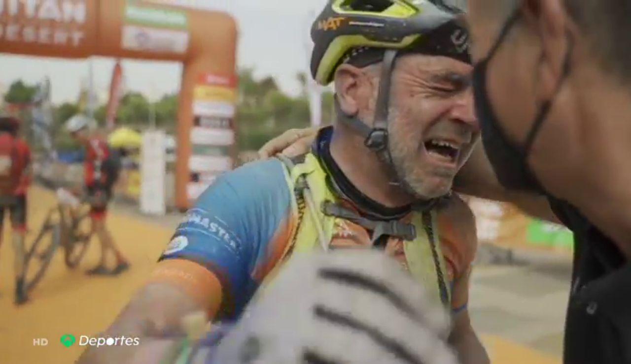 Las lágrimas de Tomás Martínez, un ciclista con cáncer, tras acabar su tercera Titan