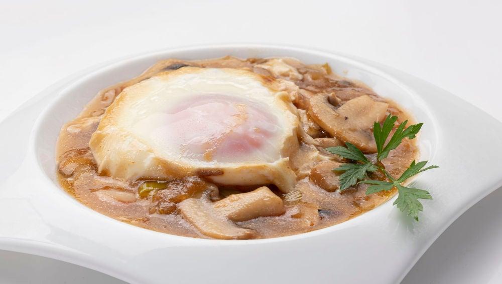 """La receta de Karlos Arguiñano """"con la que vamos a triunfar"""": huevos con salsa bretona"""