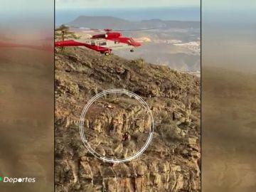 El complicado rescate de dos parapentistas tras sufrir un accidente en un barranco en Adeje, Tenerife