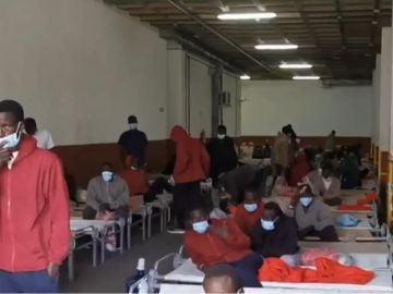 Decenas de inmigrantes duermen en el aparcamiento de una comisaría tras llegar en patera a Tenerife