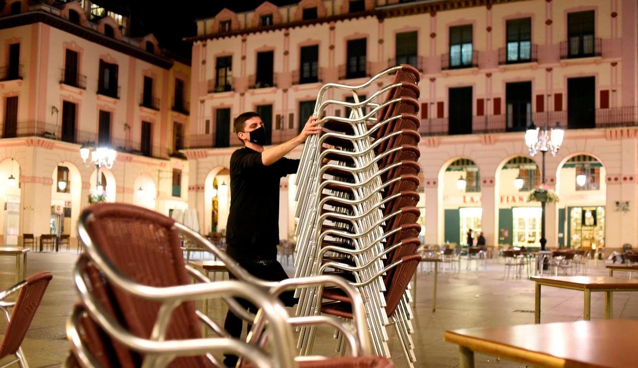Un hostelero recoge la terraza