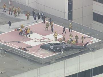 Imagen del helicóptero estrellado en una azotea de Los Ángeles