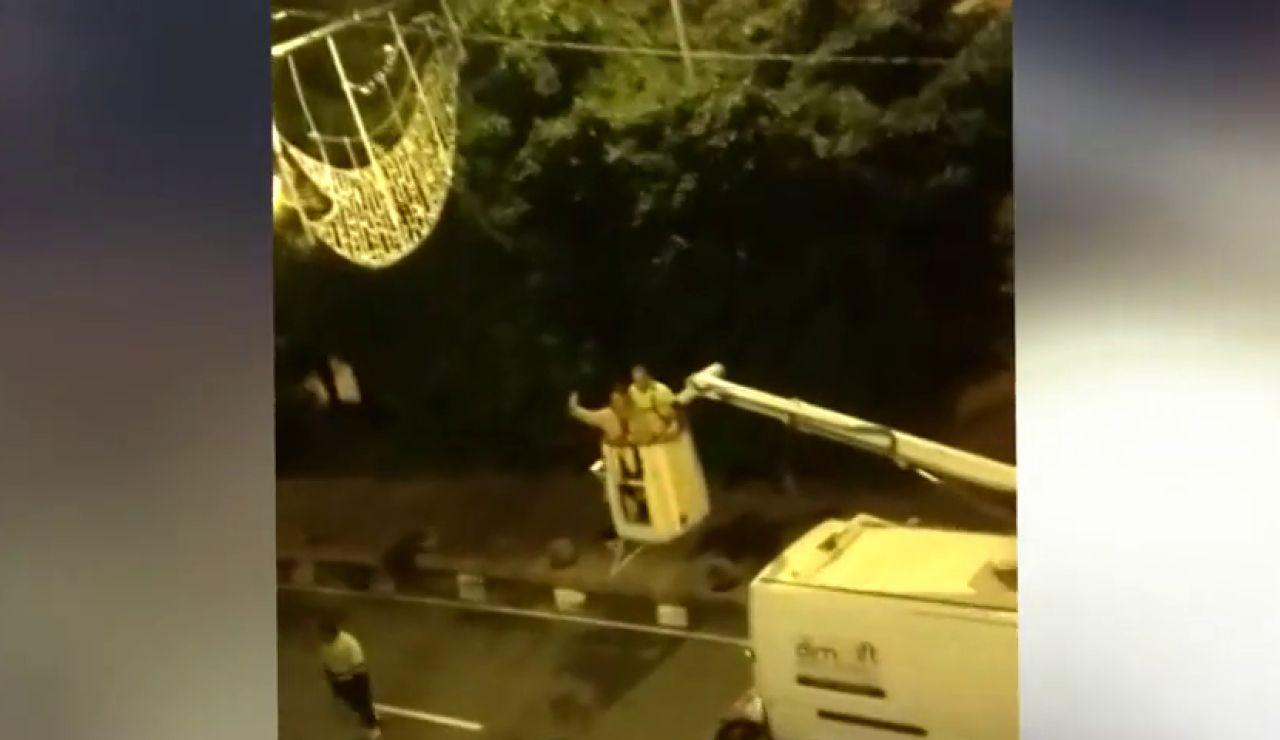 El vídeo de una mujer subida a una grúa para colocar luces de Navidad a pesar del toque de queda en Castellón