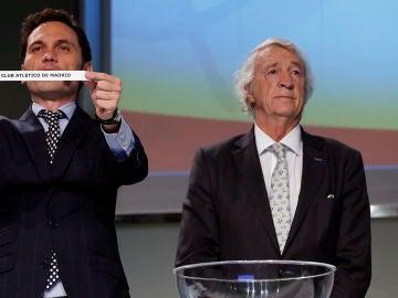 Juan Cruz Sol (derecha), en un sorteo de la Champions