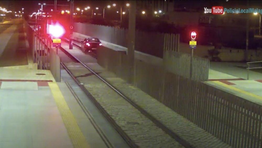 El coche circulando por las vías del Metro