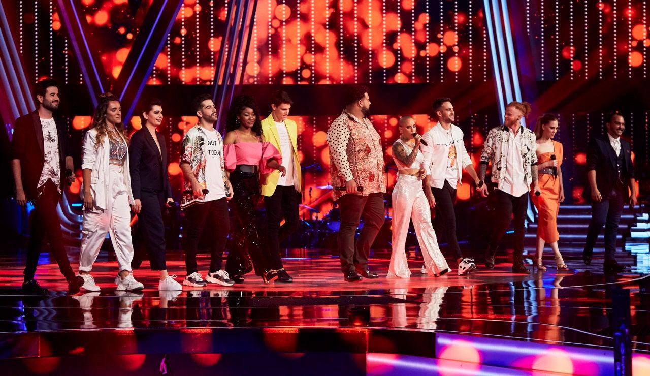Los 12 talents de la Fase Final sorprenden con un popurrí de canciones de sus coaches al comenzar 'La Voz'