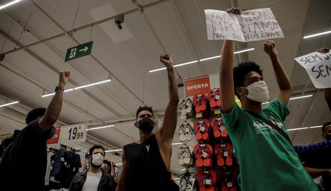 Protestas en Brasil por la muerte de un hombre negro a manos de 2 vigilantes de un supermercado