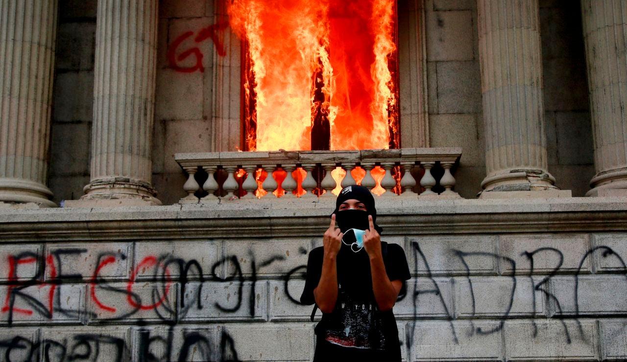 Manifestantes queman el Congreso en Guatemala