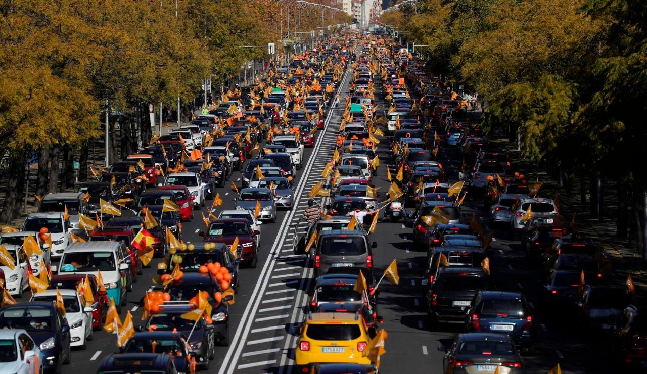 Vista general de la manifestación con vehículos que recorre el Paseo de la Castellana desde Cuzco a Cibeles en Madrid este domingo contra la Ley de Educación (LOMLOE), denominada también 'Ley Celaá'