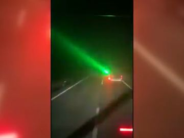 Conductor apunta con un laser en la carrertera