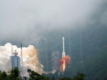 China lanza con éxito la sonda Chang'e-5 para recolectar muestras en la Luna