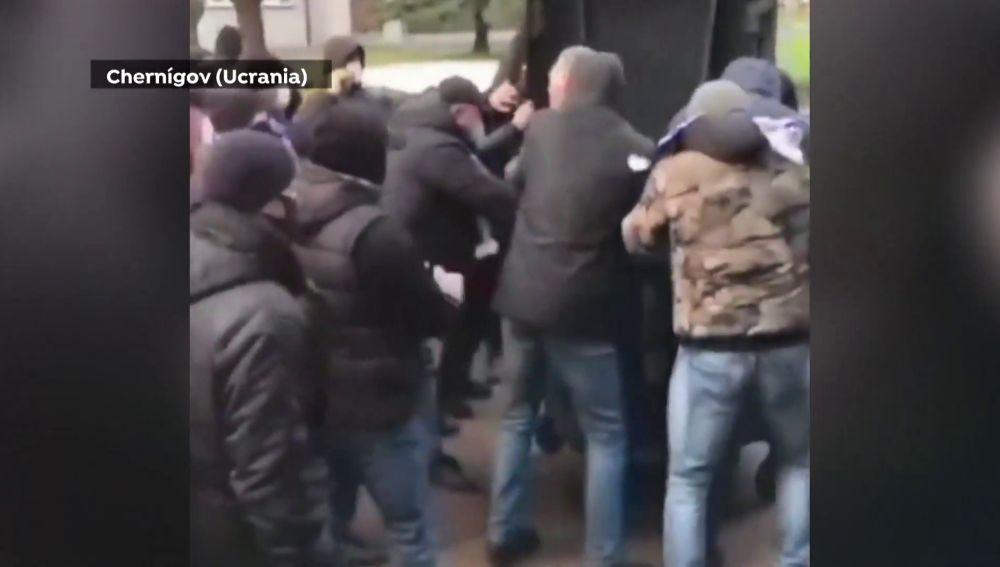 Ultras ucranianos meten a un directivo en un contenedor de basura