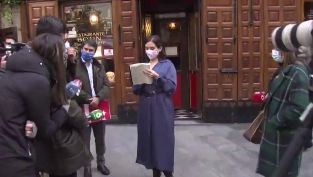 """Isabel Díaz Ayuso se transforma en camarera y toma la comanda a los periodistas: """"Café con leche normal ¿y para mojar?"""""""