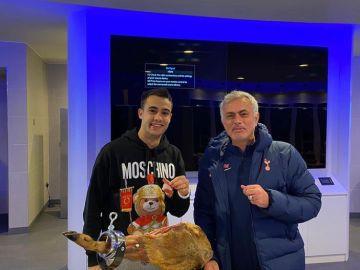 """Mourinho cumple con su """"promesa"""" y regala a Reguilón un jamón de más de 560 euros"""
