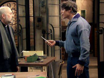 Fabián amenaza al padre Basilio y se enfrenta a sus miedos
