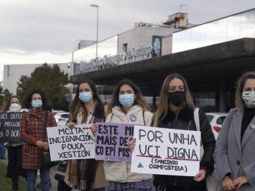 Protestas ante el clínico de Santiago.