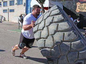 Roberto Rodríguez bate el récord de España levantando un neumático de 573 kilos