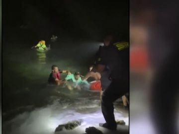 """Así ha sido el agónico rescate de unos vecinos a los náufragos de una patera en Lanzarote: """"¡Sanitarios! ¡Está en parada!"""""""