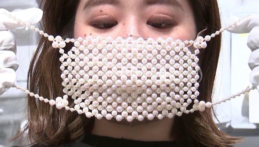 Mascarillas de perlas y diamantes en Japón.